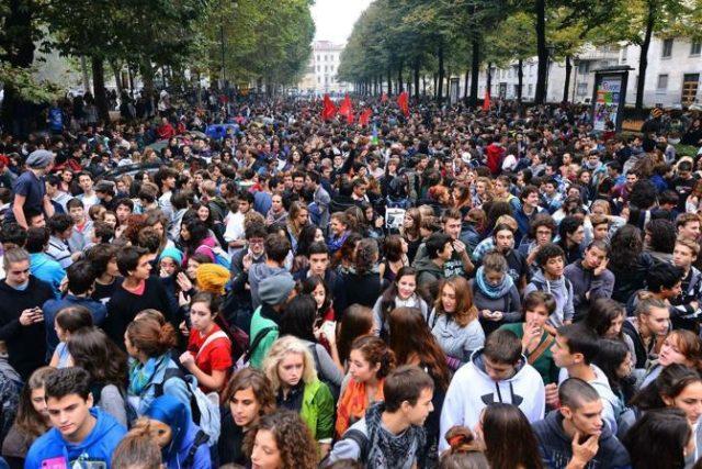 il pci con gli studenti in lotta contro una scuola che
